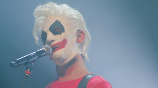 Paulo Miklos usando a máscara que remete ao clipe da música 'Fardado', tocada na abertura do show