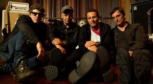 Os quatro titãs em posição de descansar no estúdio em que o pesado álbum 'Nheengatu' foi gravado