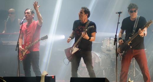 Paulo Miklos e Tony Bellotto (guitarras), Branco Mello (baixo) e, ao fundo, Sergio Britto (teclado)
