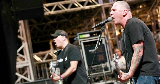 CJ Ramone mostrando muito mais que Ramones, com o guitarrista Dan Root, do Adolescents, de boné