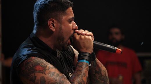 Não se intimidou: o vocalista Felipe Chehuan solta a voz no bem recebido e pesado show do Confronto
