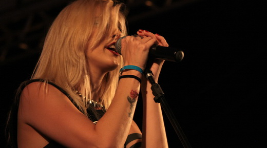 Aline, a boa vocalista do Fenícia, passando a mensagem em um dos primeiros shows de sábado no PMW