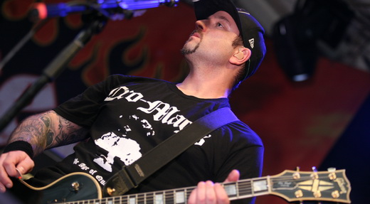 O guitarrista Wayne Lozinak e a camiseta do Cro-Mags usada para anunciar um dos covers da noite