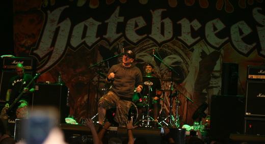 Vista do palco, com Jamey Jasta no centro, o baixista Chris Beattie, à esquerda e o batera Matt Byrne