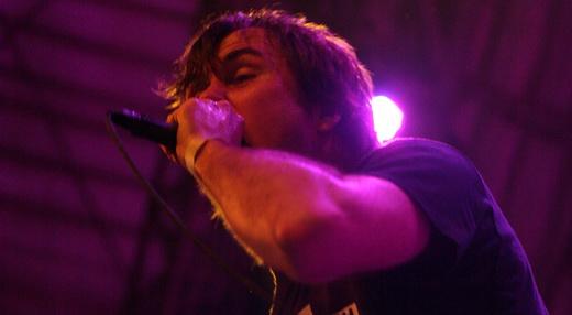 Incansável: Mark 'Barney' Greenaway e a peculiar forma de soltar a voz com o microfone colado na boca