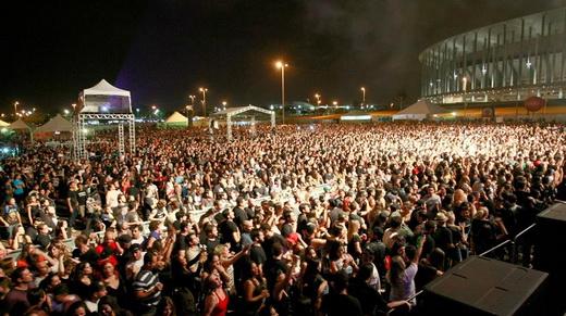 Público lotando o show do Titãs no domingão; ao fundo a bela arquitetura do Estádio Mané Garrincha