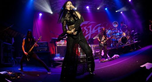 Tarja e sua banda em ação, com integrantes mais discretos, mas ao mesmo tempo super eficientes