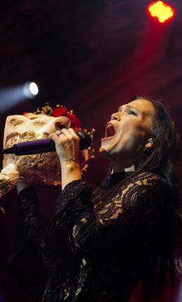 Tarja e o buquê de rosas que recebeu de um fã
