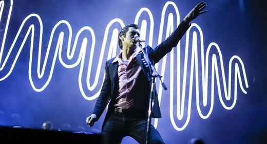 Sem a guitarra, Alex Turner gesticula tal qual um John Travolta em 'Os Embalos de Sábado a Noite'