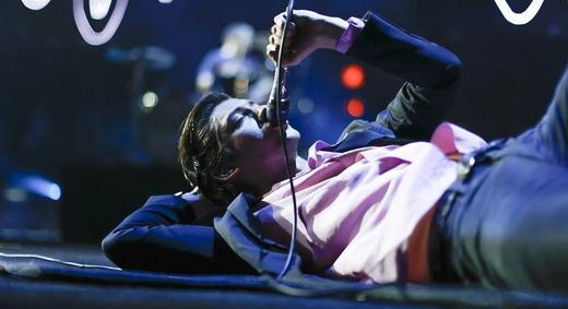 Alex Turner se joga no chão como se não houvesse amanhã; e não havia, foi o último show da turnê