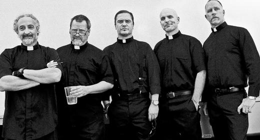 Mais independente, sempre fazendo graça: os cinco integrantes em foto posada com trajes religiosos