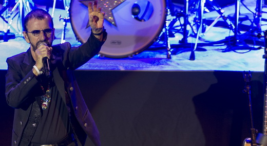Ringo Starr no início do show, à frente da All-Starr Band, repleta de integrantes de outros grupos