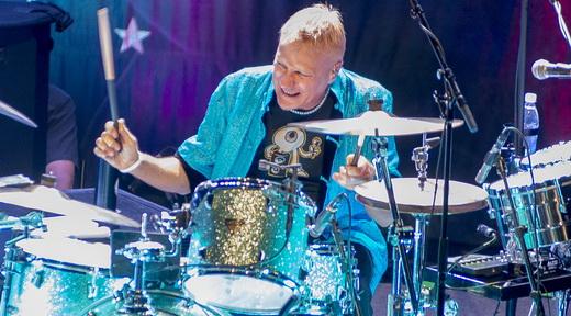 O excepcional baterista Gregg Bissonette soube aproveitar o momento solo em 'Black Magic Woman'