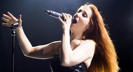 A vocalista Simone Simons esbanaja simpatia e solta a voz para garantir o lado erudito no show do Epica