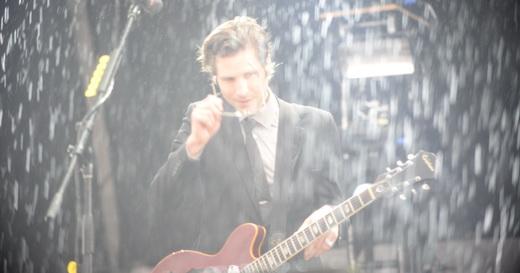 O guitarrista Daniel Kessler não perde a fleuma, ainda que sob a chuva tão desejada pelos fãs