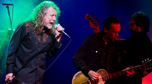 Plant e a 'pegada Led Zeppelin', com o pedestal do microfone em punho, ao lado de Justin Adams