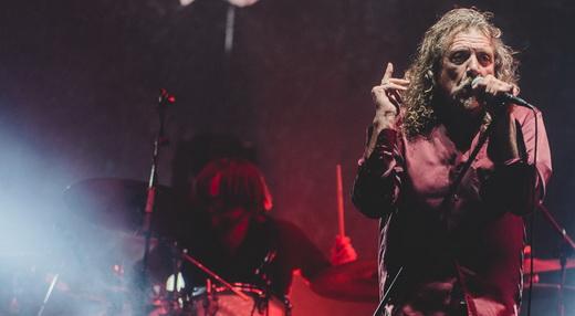 Robert Plant se esforça para interagir com o público, mas não entrega o que ele tanto deseja