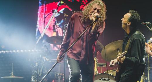 Atitude rock: Plant agita com o pedestal do microfone, junto com o bom guitarrista Justin Adams