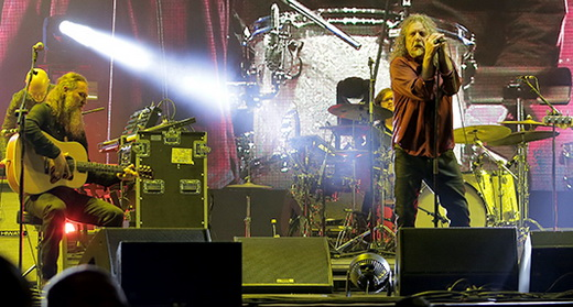 Vista geral do palco do Lollaplooza com a Sensational Space Shifters, liderada por Robert Plant