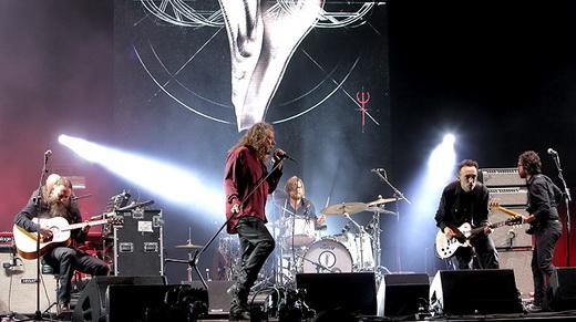 Plant canta com a imagem do álbum lançado no ano passado ao fundo: só três músicas dele foram tocadas