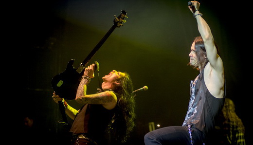O baixista Todd Kerns, que também se sai bem como vocalista, agita ao lado do titular Myles Kennedy