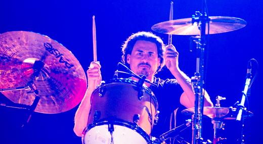 A fera Brad wilk, um dos poucos bateristas que realmente fazem diferença, acrescenta muito ao SP