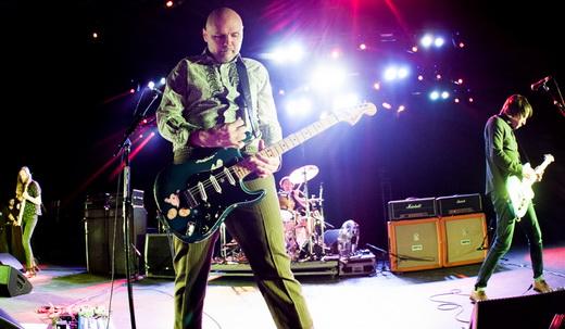 O baixista do Killers, Mark Stoermer, Billy Corgan, Brad Wilk (no fundo) e o guitarrista Jeff Schroeder
