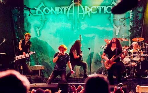 Vista geral do palco do show da atual turnê do Sonata Arctica, com a banda em plena agitação no palco