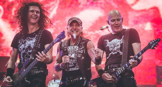 Peter Baltes, o vocalista Mark Tornillo e Wolf Hoffmann no show do Monsters Of Rock, em São Paulo