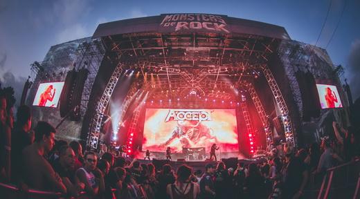 Vista do palco do Accept no domingão do Monsters, com o entardecer do outono de São Paulo de bônus