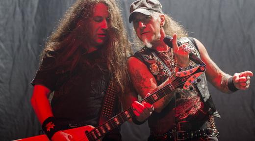 O jovem guitarrista Uwe Lulis e Mark Tornillo em um momento de compatilhamento no show do Accept