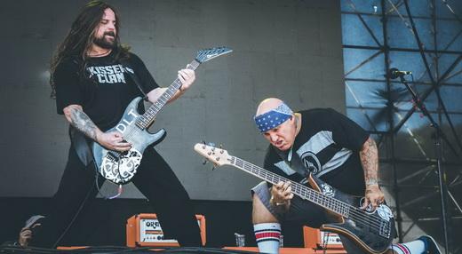 O guitarrista Andreas Kisser e o baixista Flavio Cianciarulo agitam o metal latino do De La Tierra