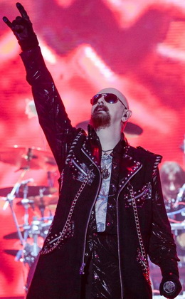 Rob Halford faz o tradicional símbolo do heavy metal