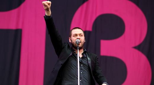 O vocalista Tom Meighan ergue o punho cerrado naquele que seria um dos melhores shows do Lolla 2015
