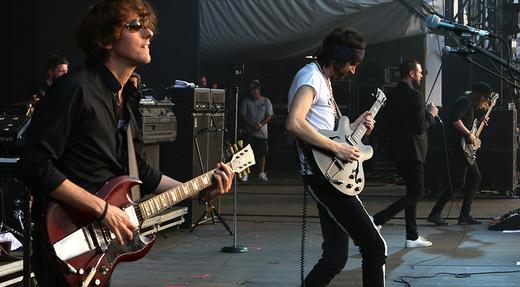 O bom guitarrista de shows Tim Carter, Sergio Pizzorno, Tom Meighan e o baixista Chris Edwards
