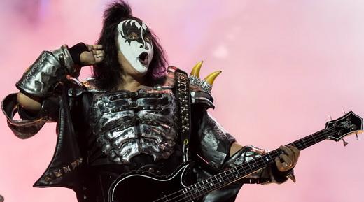 Simmons se esforça para escutar o grito da massa que compareceu ao Monsters Of Rock no domingão