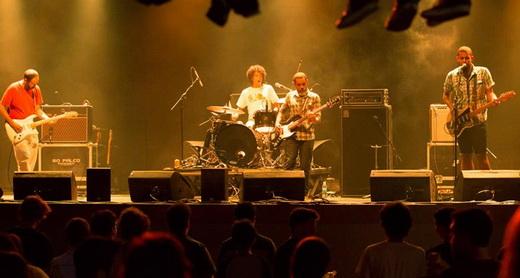 Do indie roots anos 90 ao progressivo: Lê Almeida e sua banda, na abertura da noite no Circo Voador