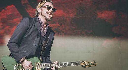 O bigode de enciclopédia do guitarrista Scott Holliday, do Rival Sons: músicas com muitos riffs e muitos solos