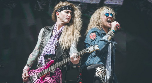 O baixista Lexxi Foxx e o vocalista Michael Starr, do Steel Panther: hard rock mais comédia do que música