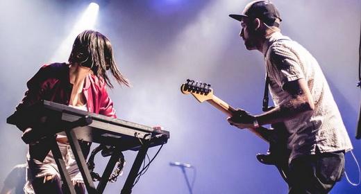 Sarah ataca nos teclados e Josh Carter, o dono da boca, toca guitarra nem sempre percebida pela plateia