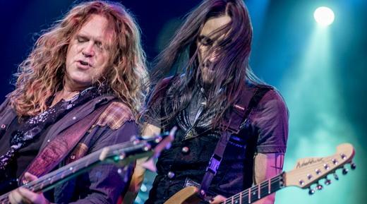 Bons vocais: Pat Badger e Nuno Bettencourt tocam lado a lado durante a apresentação do Extreme
