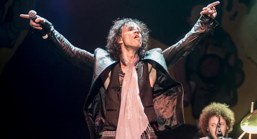 Gary Cherone de braços abertos em ótima performance de palco, mas vocal deixa um pouco a desejar