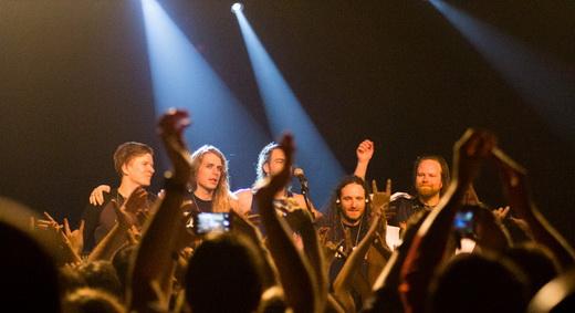 Sob medida: banda se reúne na beirada do palco para ser aclamada pelos fãs no final do show do Rio