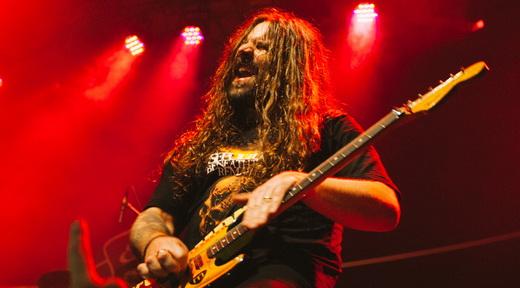 25 músicas de todos os discos: Andreas Kisser lidera a apresentação matadora do Sepultura