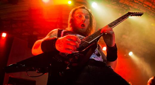 Michael Paget, guitarrista que usa e abusa das palhetadas do thrash metal, faz cara de susto