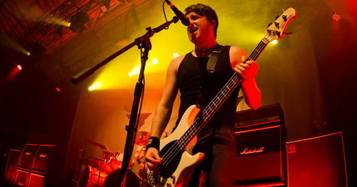 Novato na banda, o baixista Jamie Mathias faz boa figura, inclusive cantando em algumas músicas
