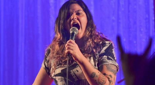 Emmily rasga a voz, mas também sabe usar falsetes e efeitos menos barulhentos durante o show
