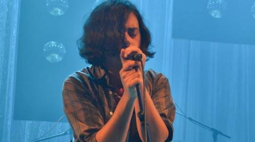 O vocalista e guitarrista Raphael Heiderich se assusta no início, mas logo embala no bom show do Hell Oh