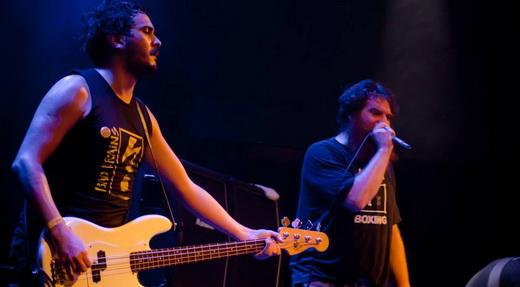 Estreante na cidade, o baixista Dony Escobar segura a onda ao lado do grandalhão Jimmy London