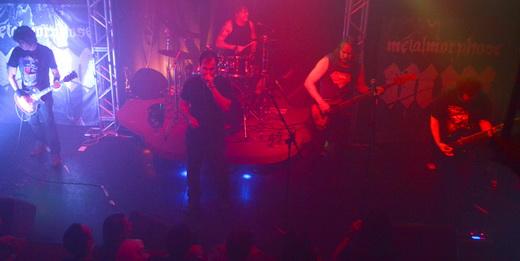 Vista geral do palco durante o bom show do Metalmorphose: banda se recria com material novo